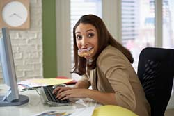 woman-eating-at-work